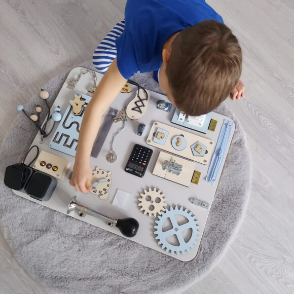 Tablica manipulacyjna –  drewniana zabawka stymulująca rozwój dziecka.